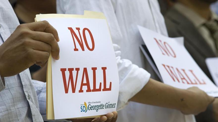 Líderes latinos visitan la frontera para protestar por el muro de Trump