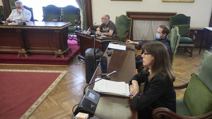 (I-D) El portavoz municipal de EH Bildu, Joseba Asiron; el concejal de EH Bildu Joxe Abaurrea; el concejal de PSN-PSOE, Xabier Sagardoy; y la portavoz municipal de PSN-PSOE, Maite Esporrín, durante un pleno en el Ayuntamiento de Pamplona.