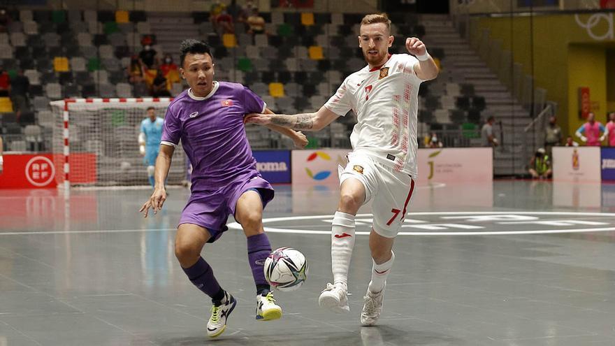 Un jugador vietnamita en una acción ante España