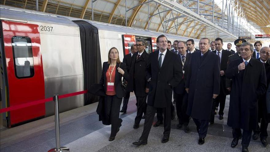 Rajoy inaugura el metro de Ankara en un acto con tono electoral de Erdogan