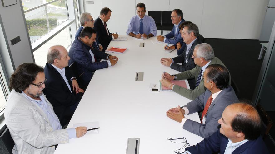 Un momento de la reunión presidida por el consejero, al fondo.   José Cavia