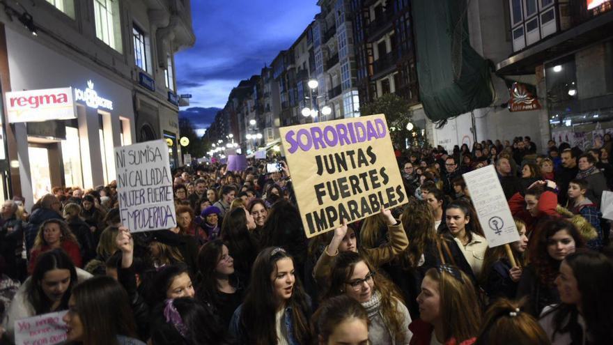 Los manifestantes han tardado algo más de una hora en llegar desde Numancia a la Plaza del Ayuntamiento de Santander. | JOAQUÍN GÓMEZ SASTRE