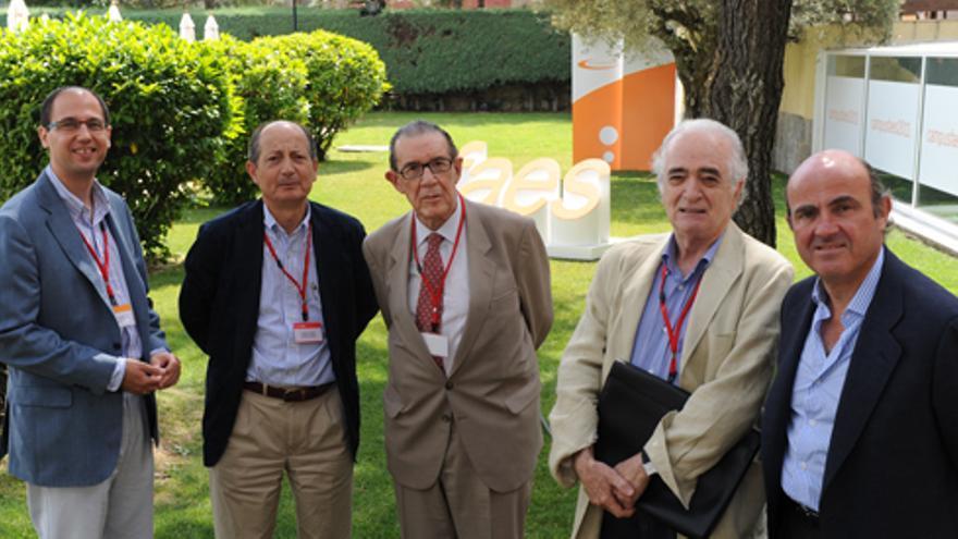 Fernando Navarrete, Fernando Fernández, Juan Velarde, Jaime Requeijo y Luis de Guindos, en un acto de FAES en 2009. Foto: FAES