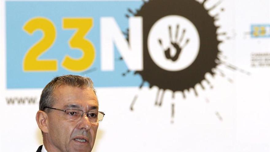 El presidente del Gobierno de Canarias, Paulino Rivero, durante su intervención en el acto institucional celebrado en Las Palmas de Gran Canaria con motivo de la firma de la Declaración del 23-N en contra de las prospecciones petrolíferas. EFE/Elvira Urquijo A.