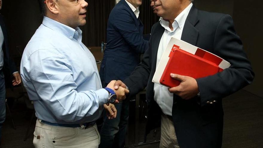 Los dirigentes del PSOE Julio Cruz (d), y de Coalición Canaria, José Miguel Barragán (i). (Efe/Elvira Urquijo).
