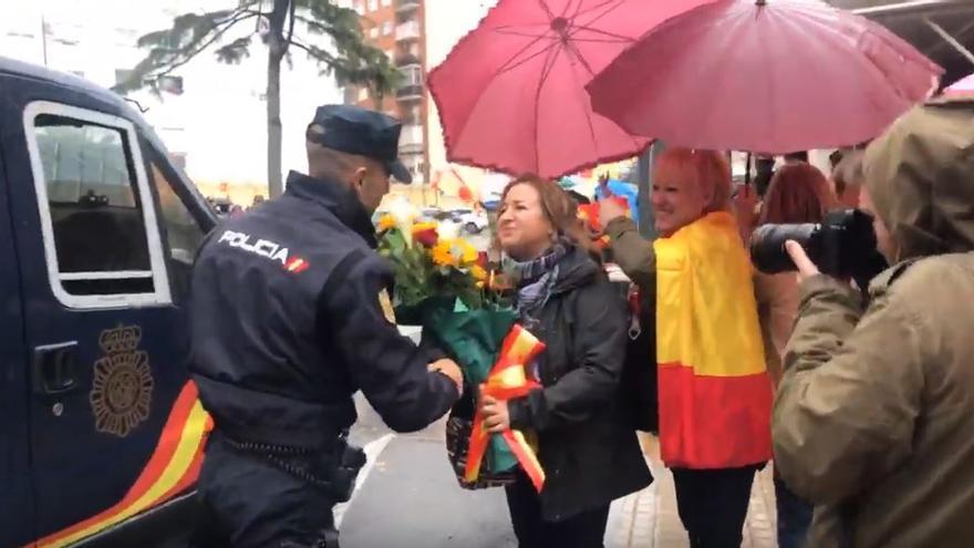 El dispositivo de la Policía desplazado a Catalunya es recibido entre aplausos en Valencia.