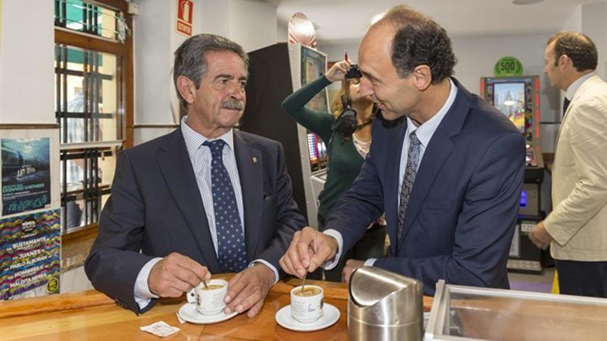 Revilla y Diego durante el traspaso de poderes tras las elecciones.   MIGUEL LÓPEZ