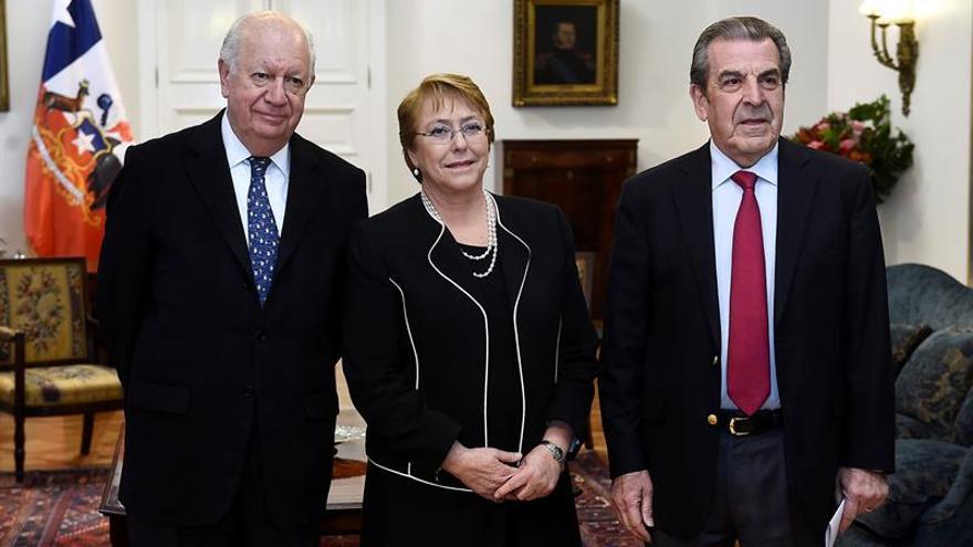 Expresidentes chilenos respaldan la modificación del sistema privado de pensiones