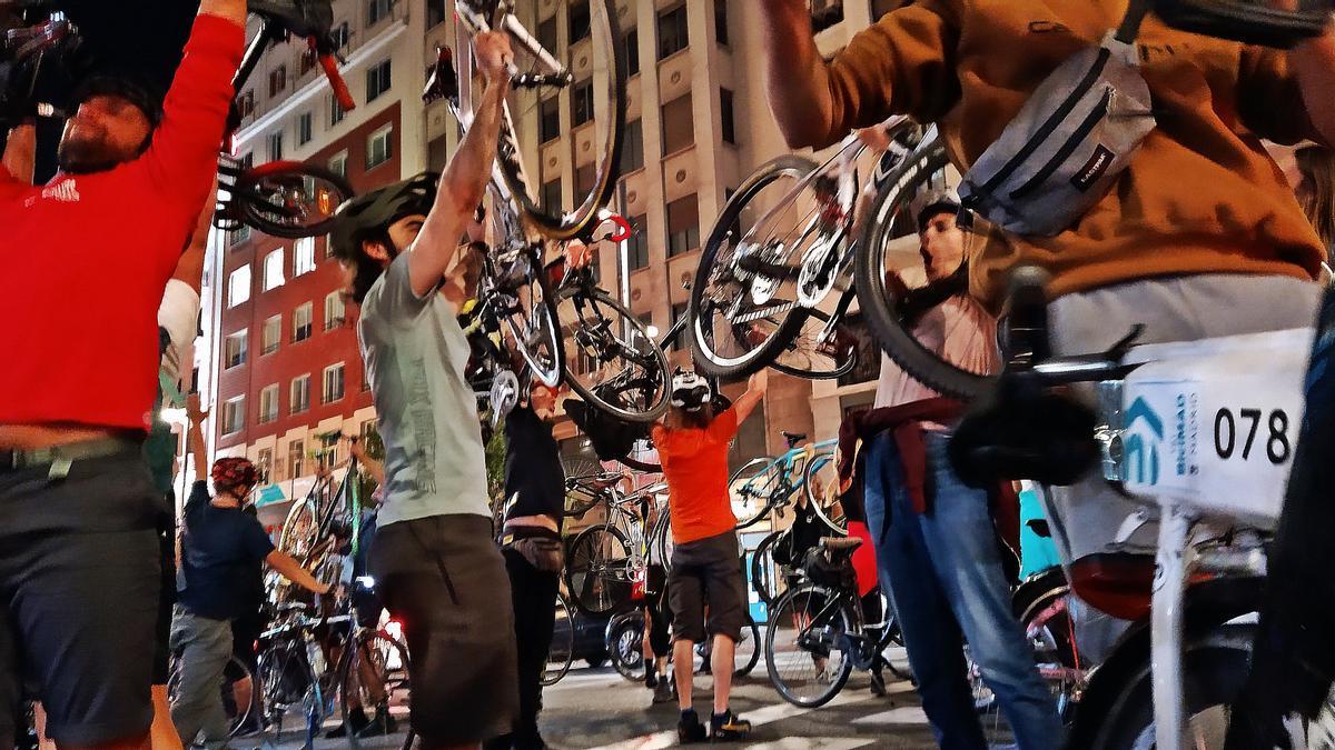 Varios participantes de la Bicicrítica hacen la ola ciclista en la Gran Vía