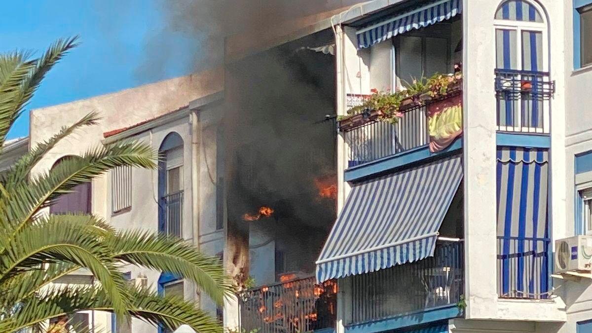Imagen del incendio en una vivienda del barrio de Miralbaida.