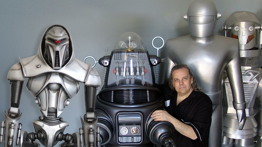 Fred Barton, con las réplicas de  robots del celuloide que ha creado