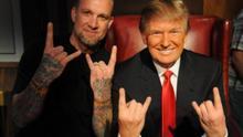 ¿Donald Trump haciendo el saludo heavy junto a un seguidor?