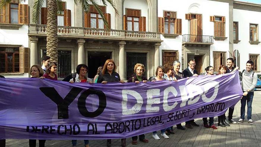 Un momento de la rueda de prensa de la Plataforma Yo Decido celebrada este jueves frente a la Delegación del Gobierno en Canarias.