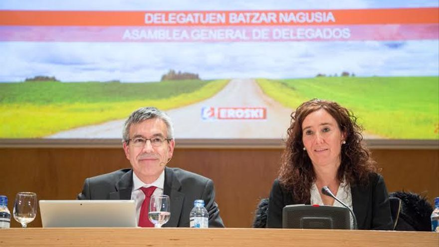 El presidente de Eroski, Agustín Markaide, junto a la presidenta del consejo rector, Leire Mugerza, en la última junta de la cooperativa.