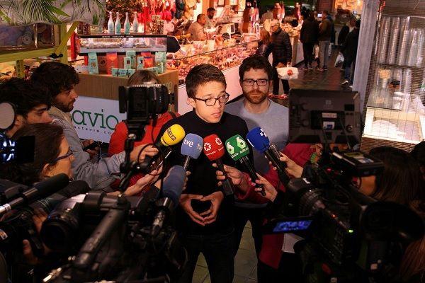 Íñigo Errejón con los medios en el Mercado de San Antón   Fotografía: TW @conerrejon2019