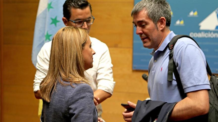 Fernando Clavijo habla con Rosa Dávila y Pablo Rodríguez. (ALEJANDRO RAMOS)