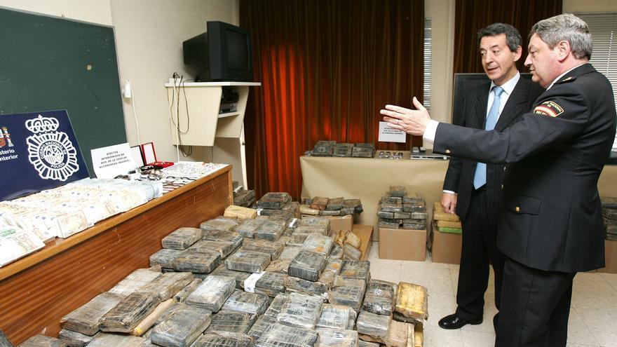 El comisario Juan Manuel Calleja muestra en 2006 un alijo al delegado del Gobierno en Madrid, Constantino Méndez