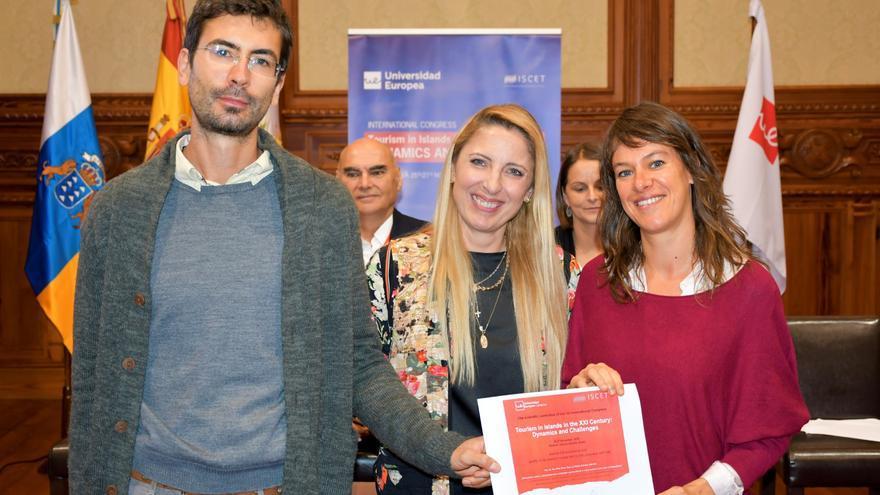 Pablo Alonso y Eva Parga con la rectora de la Universidad Europea de Canarias, Cristina Oliveira.