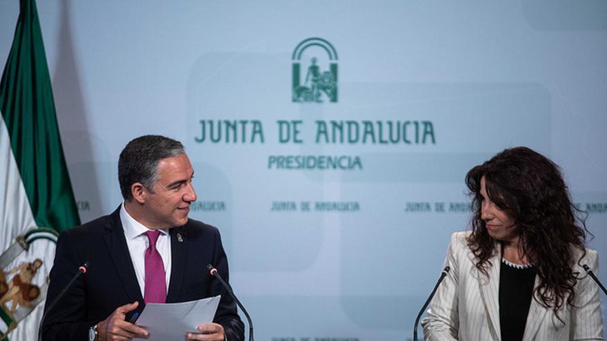 Elías Bendodo, consejero de la Presidencia, junto a Rocío Ruiz, titular de Igualdad.
