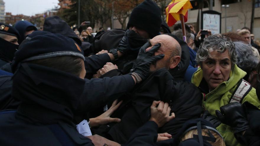 Los Mossos apartan y cargan contra varios manifestantes que protestan contra el traslado de los bienes de Sijena