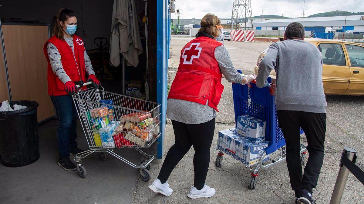 Integrantes de Cruz Roja reparten alimentos en la pandemia.