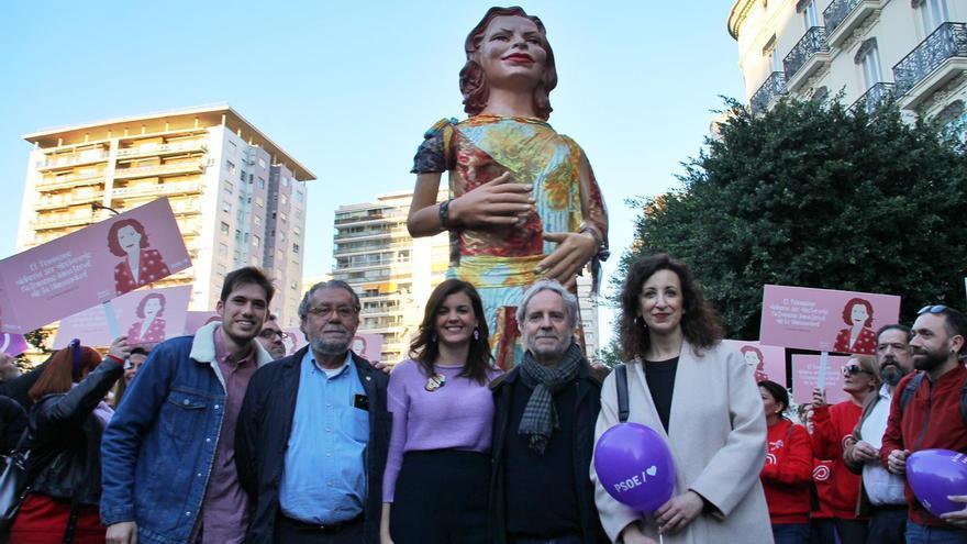Los concejales del PSPV en Valencia con la 'geganta' de Carmen Alborch