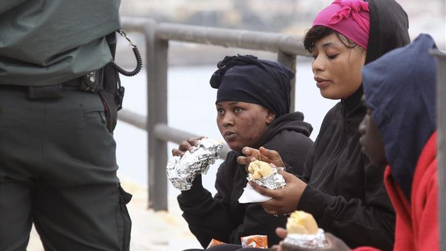 Doce inmigrantes, entre ellos una menor, desembarcan en una playa de Ceuta