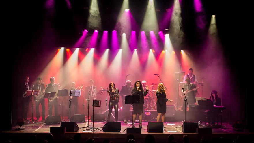 City Dock Band durante una actuación.