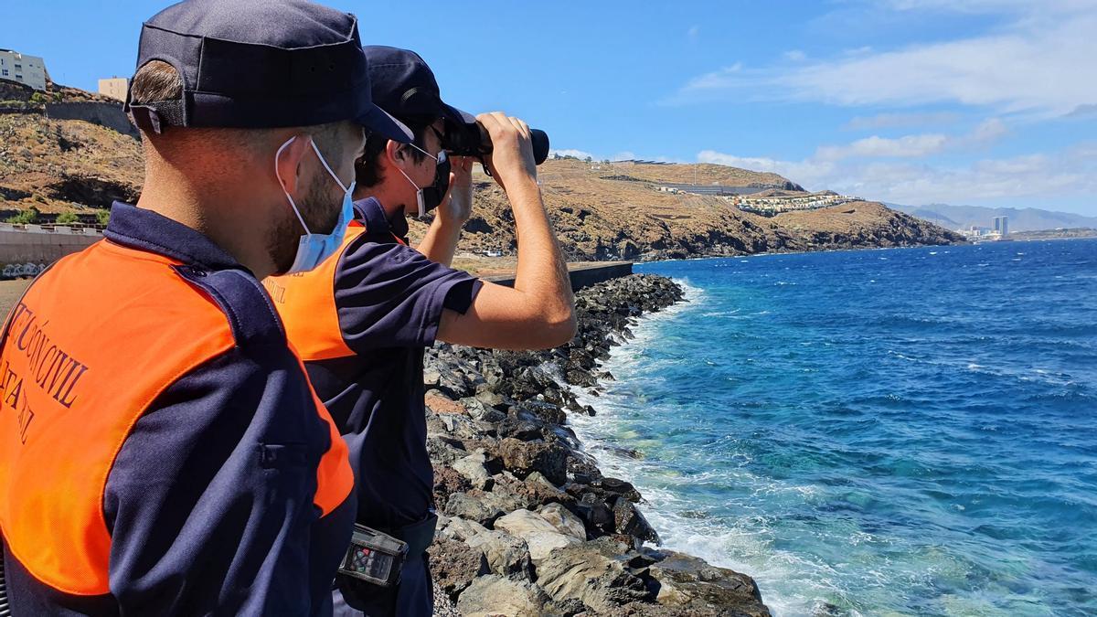 Voluntarios de Protección Civil buscan en la costa de Santa Cruz de Tenerife a las dos niñas desaparecidas