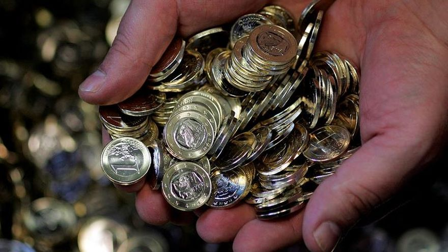 El euro baja a 1,1374 dólares