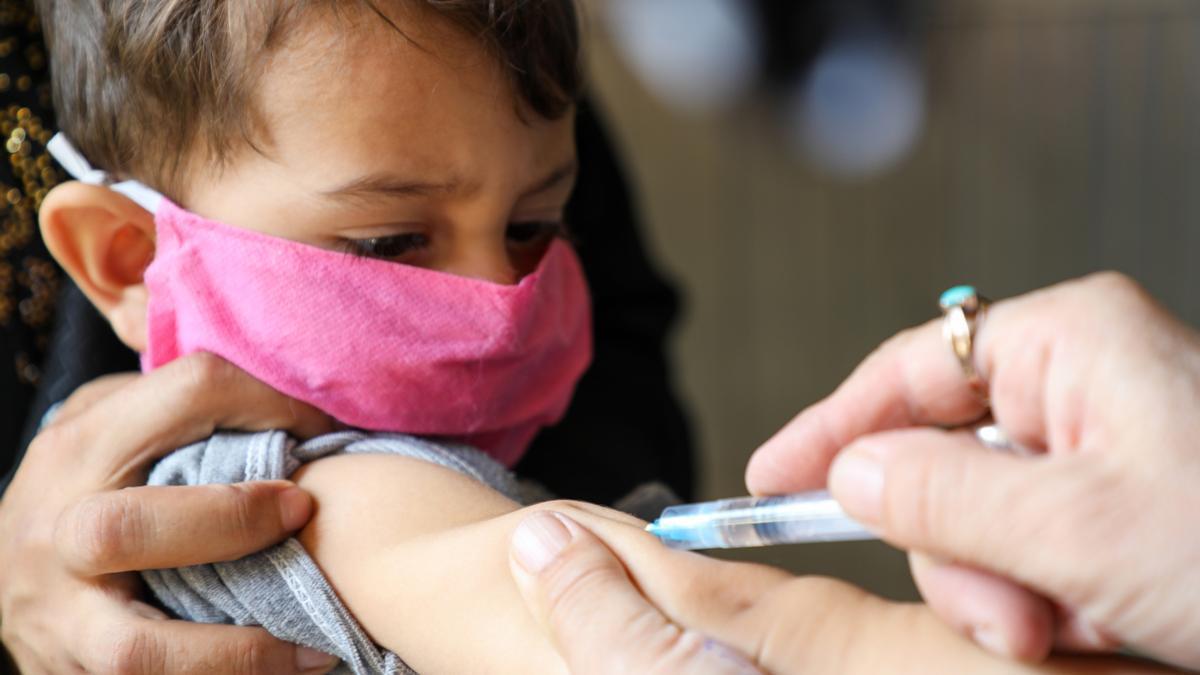 Un niño de dos años recibe la vacuna contra el sarampión en un hospital de Kabul, Afganistán, en septiembre de 2020.