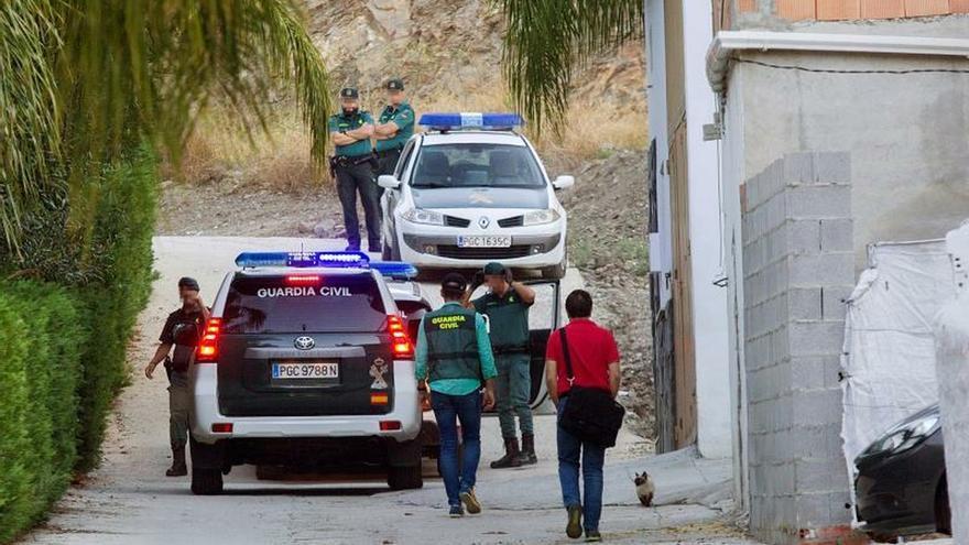 Agentes de la Guardia Civil registran la vivienda del joven S.R.G, pareja sentimental de Dana Leonte, el pasado viernes