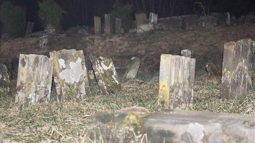 Cinco menores detenidos por la profanación de un cementerio judío en Francia