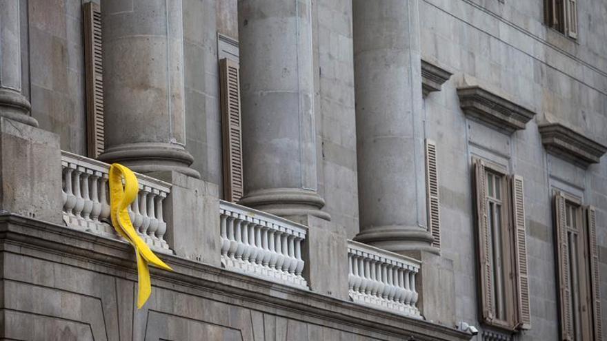 El Ayuntamiento de Barcelona mantendrá el lazo amarillo en su fachada