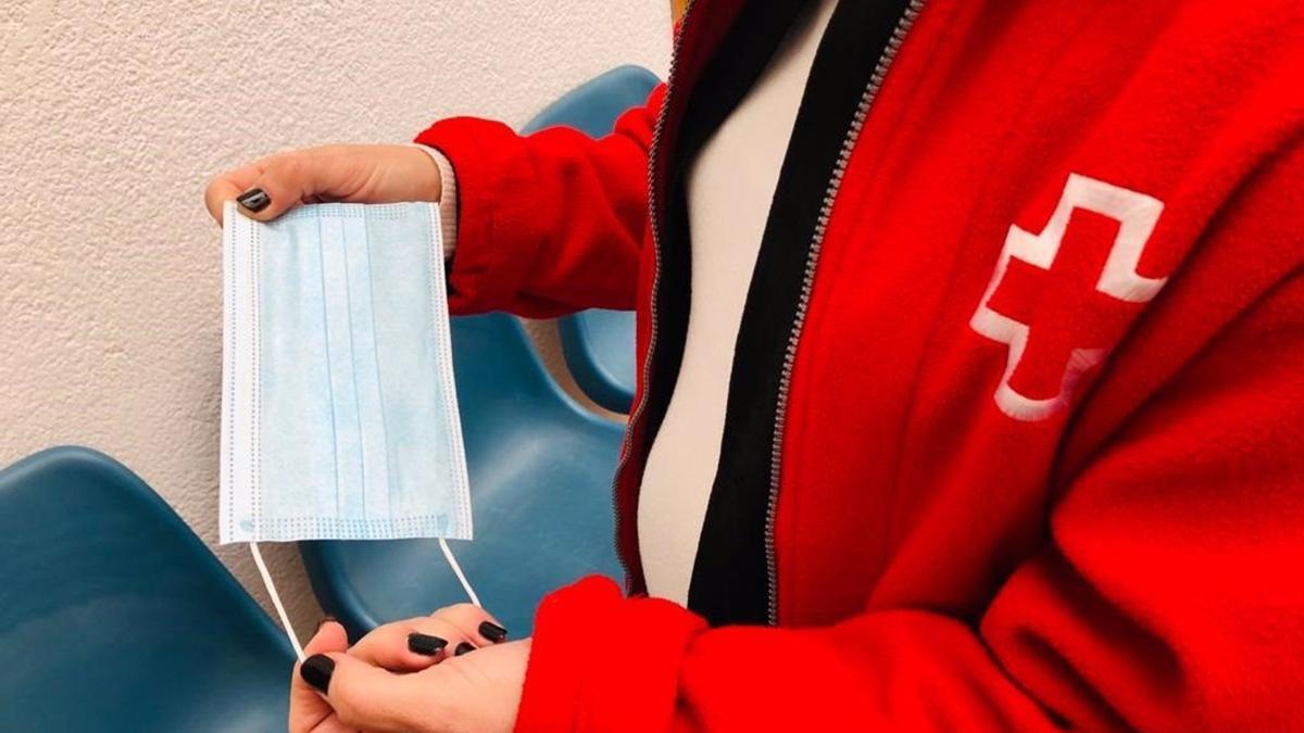 Cruz Roja reparte mascarillas quirúrgica entre familias en situación de vulnerabilidad en Canarias