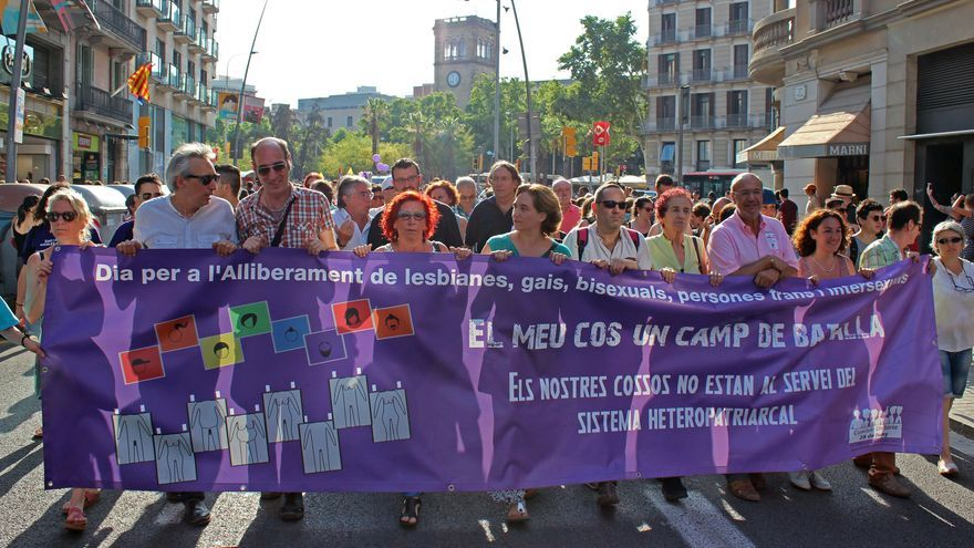 Ada Colau ha encabezado un tramo de la manifestación LGTBI. / David Belzunce