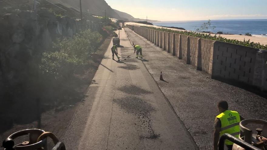 En la imagen, obras de repavimentado de la carretera LP-213, entre los núcleos costeros de Puerto Naos y El Remo.