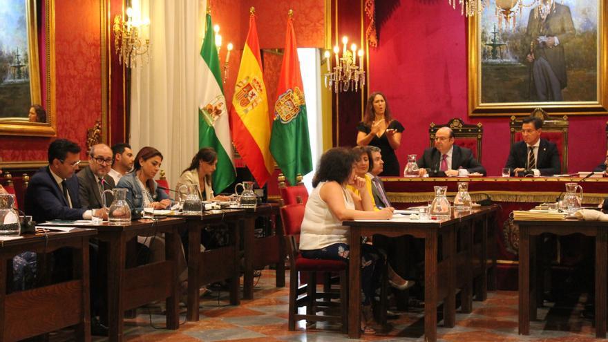 El exalcalde de Granada, Francisco Cuenca (PSOE), debate con el nuevo edil, Luis Salvador (Cs) sobre la vicealcaldía para el PP