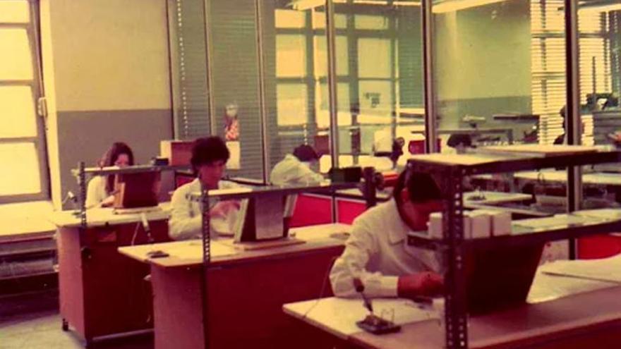 Un grupo de trabajadoras de Telesincro cableando minuciosamente las memorias