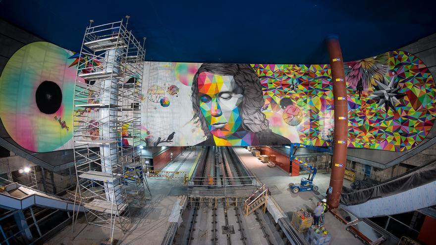Un momento del proceso de elaboración del gran mural instalado en la estación Paco de Lucía del Metro de Madrid.   Foto: r2hox