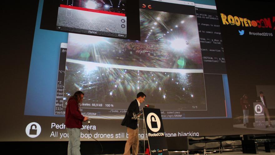 Pedro Cabrera ha captado una fotografía de los asistentes con el Jumping Sumo (en el suelo) sin ser el usuario legítimo