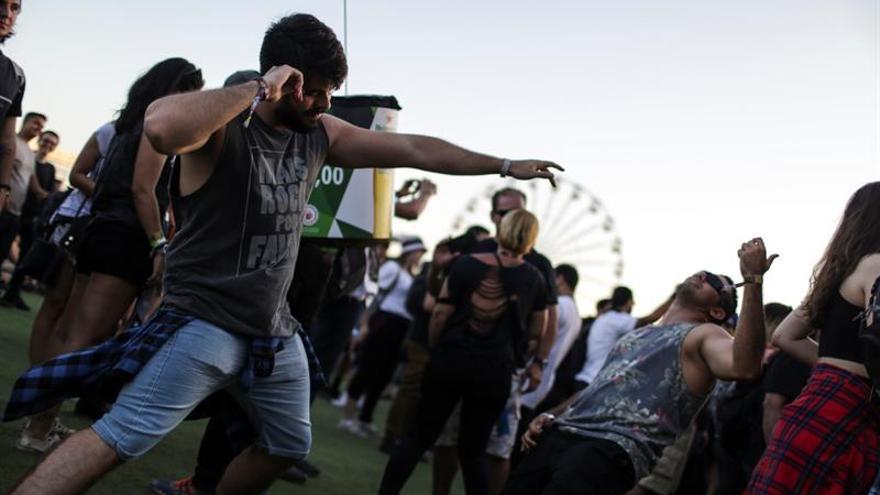 Rockeros vestidos de negro se toman la jornada más metalera del Rock in Río