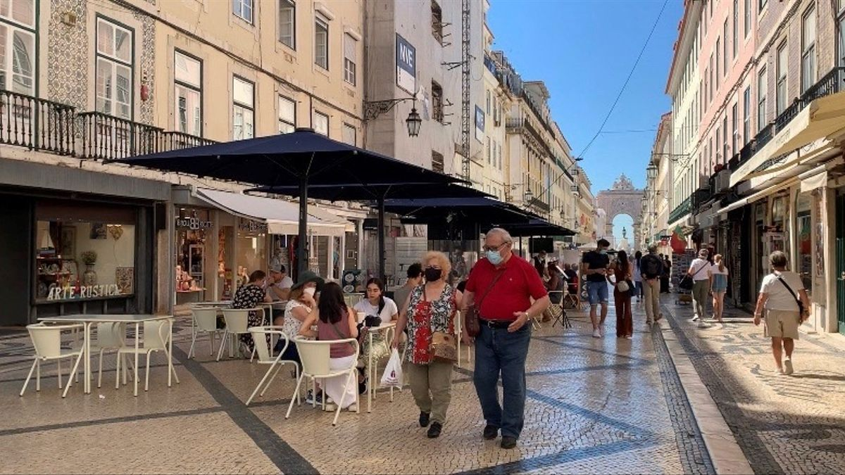 Uuna pareja de ancianos pasea por al Rua Augusta de Lisboa, en una fotografía de archivo