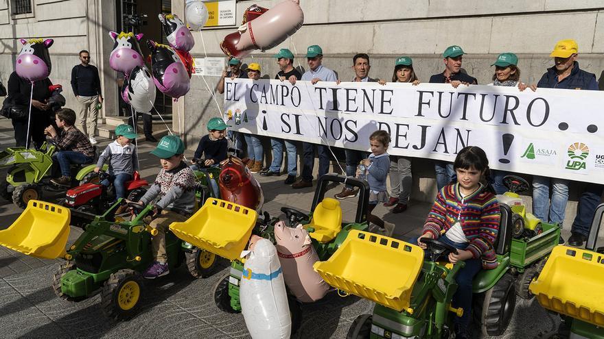 Concentración de ganaderos en Santander. | JOAQUÍN GÓMEZ SASTRE
