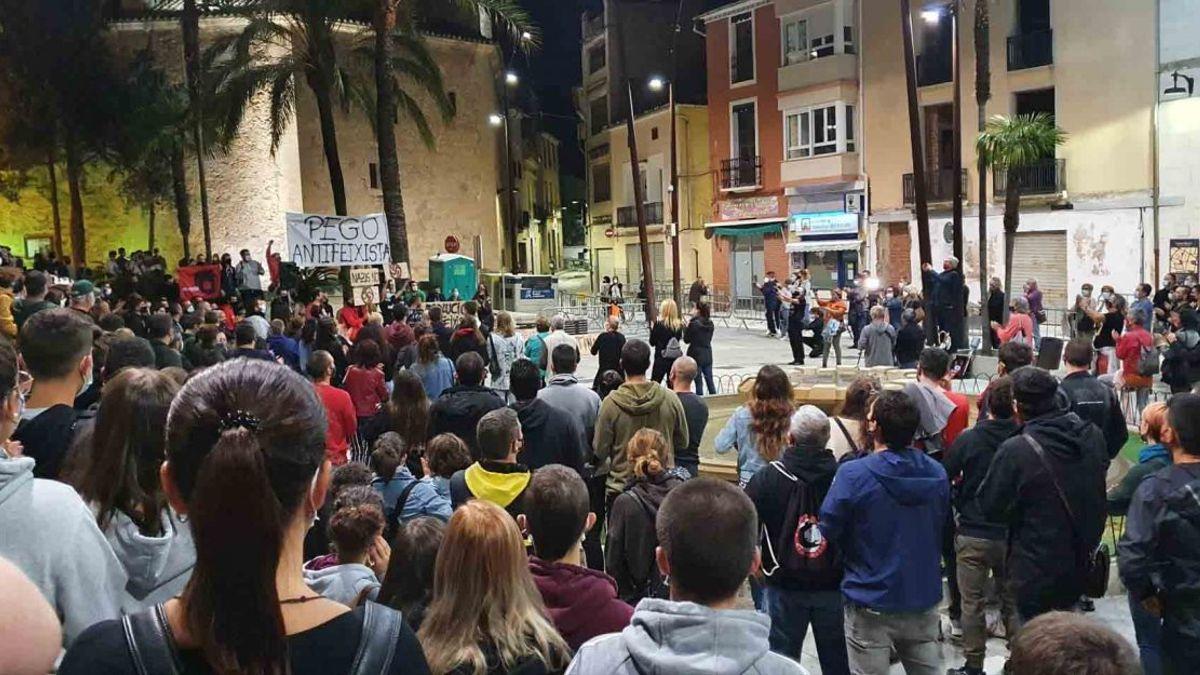 Concentración antifascista en Pego, tras el desembarco del grupo neonazi.
