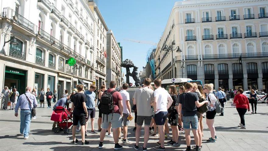 La moratoria turística de Madrid afectará también a los hoteles de CentroUn grupo de turistas observa la estatua del 'Oso y del Madroño', en la Puerta del Sol.