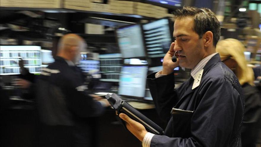 Wall Street frena las ganancias y Dow Jones avanza un 0,18 por ciento a media sesión