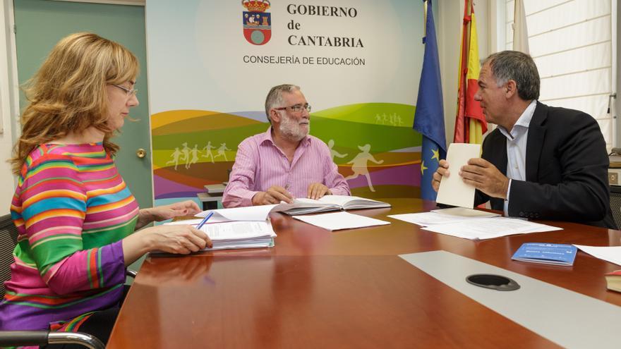 El consejero de Educación y la directora general de FP, Luisa Carpio, durante la reunión con Lorenzo Vidal de la Peña. | RAÚL LUCIO