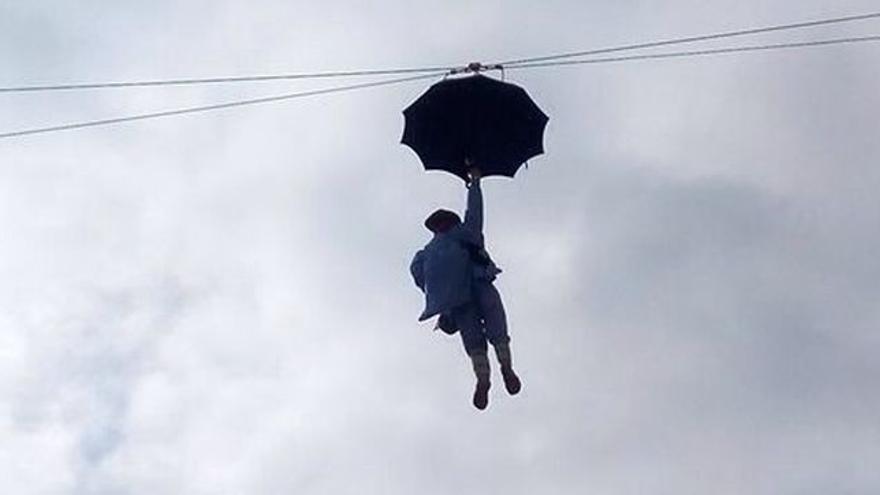 Celedón surca el cielo de Vitoria el día del chupinazo.