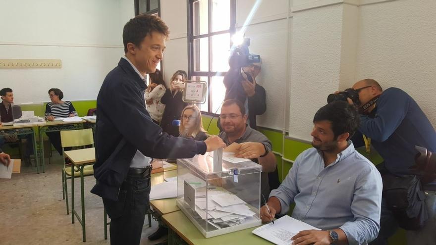 """Errejón vota a Unidas Podemos acompañado de """"los ideales de siempre"""" y """"esperanzado con los resultados"""""""